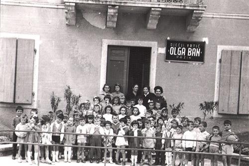"""Arhivska slika djece s odgajateljicama ispred """"donjeg"""" vrtića, """"Costantinove"""" zgrade"""